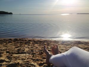 Så här fint är det i Motala! Här sitter jag och softar på Varamon strand efter föreläsningen på Duvan.